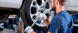 Мастер меняет шины