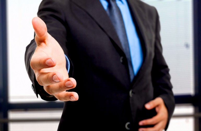Бизнесмен протягивает руку
