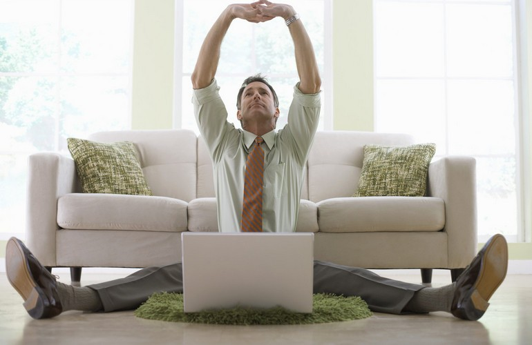 Мужчина на полу перед ноутбуком