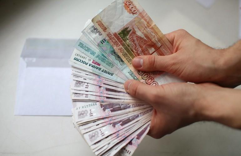 Рубли купюры в руках