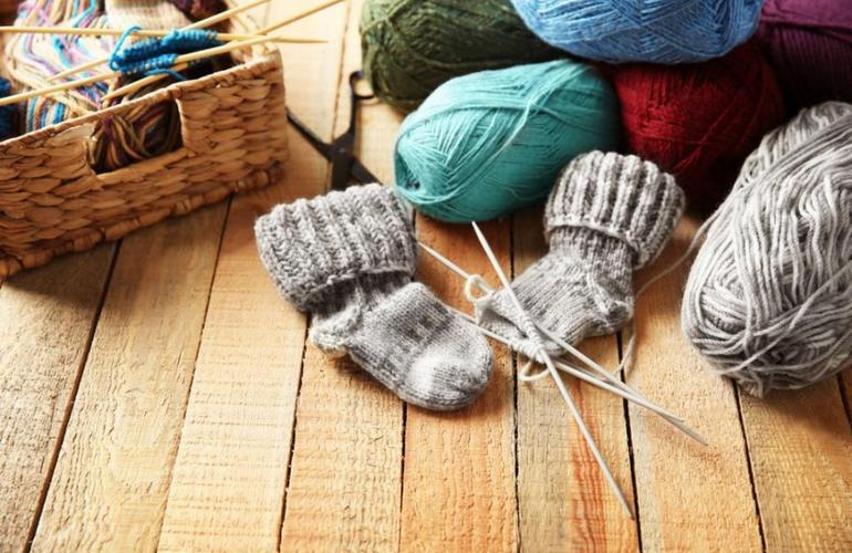 Нитки для вязания, спицы и вязаные носки