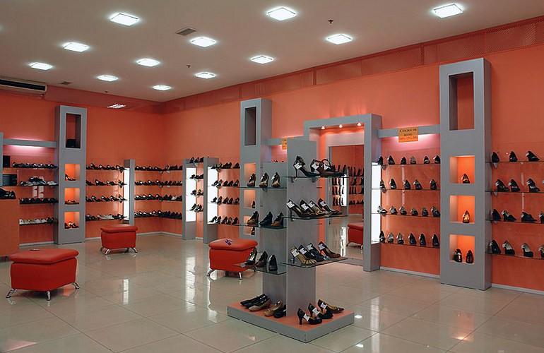 Необходимым атрибутом в обувном магазине является навесное оборудование